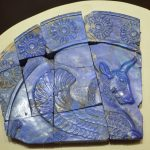 قسمتی از یک پلاک لاجوردی به شکل گاو بالدار- سده 5و4 پ م - موزه رضا عباسی