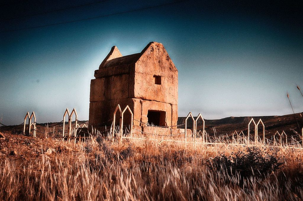 نمایی از ارامگاه سنگی گور دختر در تاریخ 12/3/1396